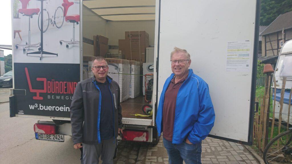 Stefan Seewöster und Heiner Patheiger vor geöffnetem LKW, mit Kühlschränken für Antweiler.