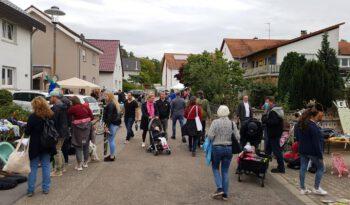 Zahlreiche Besucher schlendern in der Kleinfeldstraße.